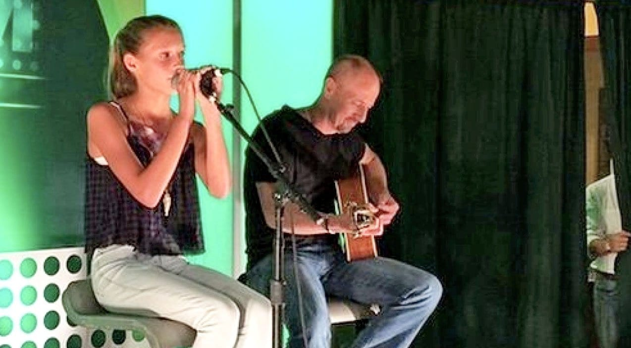 """WATCH: Audrey, Tim McGraw and Faith Hill's Youngest Daughter Singing """"Travellin' Soldier"""" 1"""