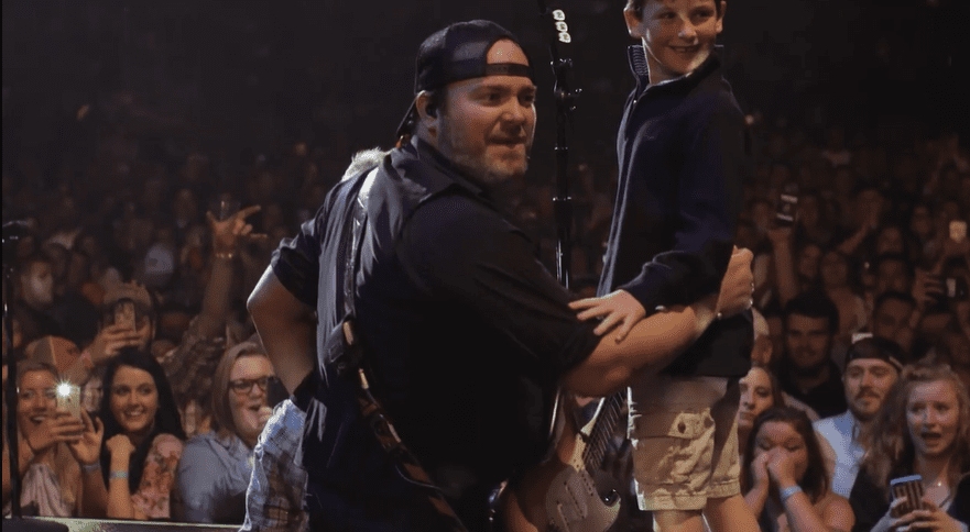 """Sweet Surprise! Lee Brice's Sons Climbed On Stage While Singer Performs """"Boy"""" 1"""