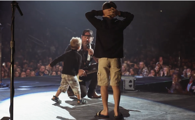 """Sweet Surprise! Lee Brice's Sons Climbed On Stage While Singer Performs """"Boy"""" 2"""